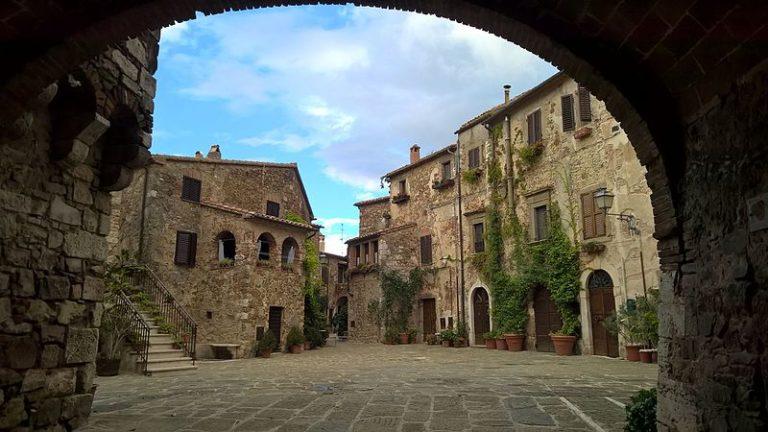 Piazza_Castello_a_Montemerano_(GR)